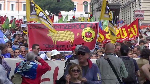 """Roma, mobilitazione No-Ttip. """"No alla finanza che comanda il modno"""""""