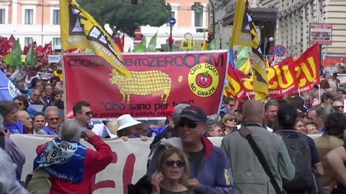 Tiltakozás Rómában az amerikai-uniós szabadkereskedelmi megállapodás ellen