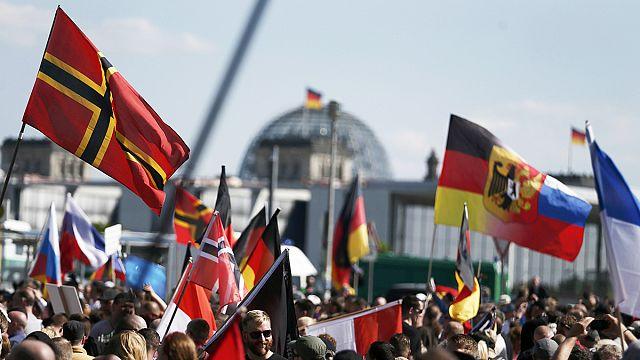 Göçmen karşıtları ile yanlıları Berlin meydanlarında