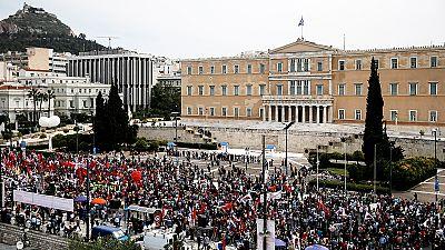 Grécia: Milhares protestam contra medidas de austeridade do governo