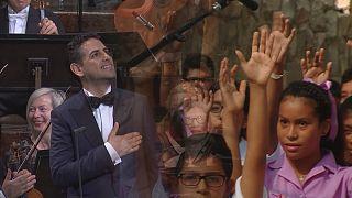خوان دیوگو فلورس برای کودکان پرو می خواند