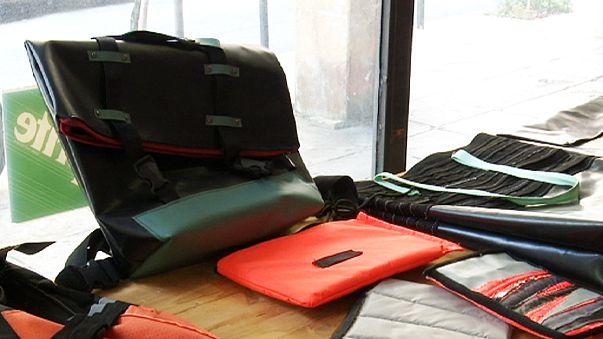 Tárgyak készülnek a menekültek mentőmellényeiből