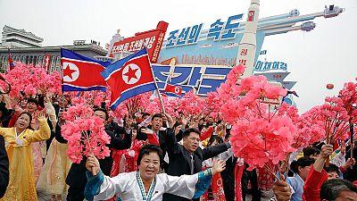 Multitudinario desfile en Pyongyang tras el congreso del partido único norcoreano