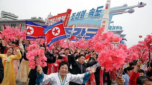 Tömegfelvonulás éltette az észak-koreai pártkongresszust