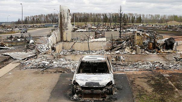 """فِرَق المطافئ تَحدَّتْ الحرائق وحققتْ """"معجزة"""" في مدينة فورتْ ماك موري الكندية"""