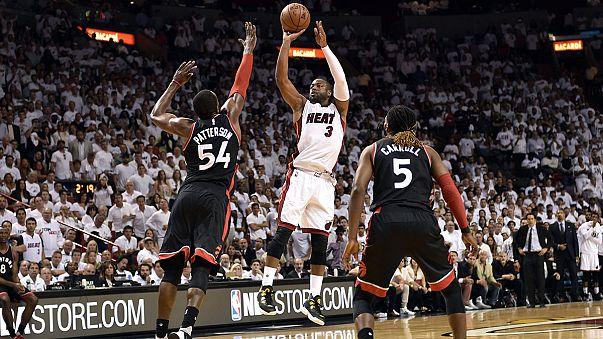 Wade y Curry lideran las victorias de los Heat y los Warriors