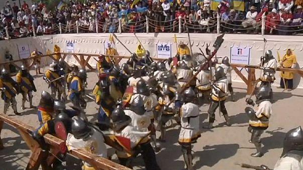 Caballeros luchando espada o maza en mano en pleno siglo XXI