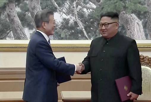 Image: South Korean President Moon Jae-in and North Korean leader Kim Jong