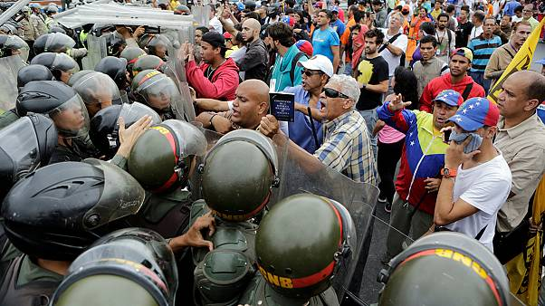 Venezuela'da muhalefet referandum için sokağa döküldü