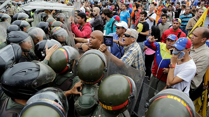 La policía venezolana bloquea una marcha opositora destinada a acelerar el proceso de revocación de Nicolás Maduro