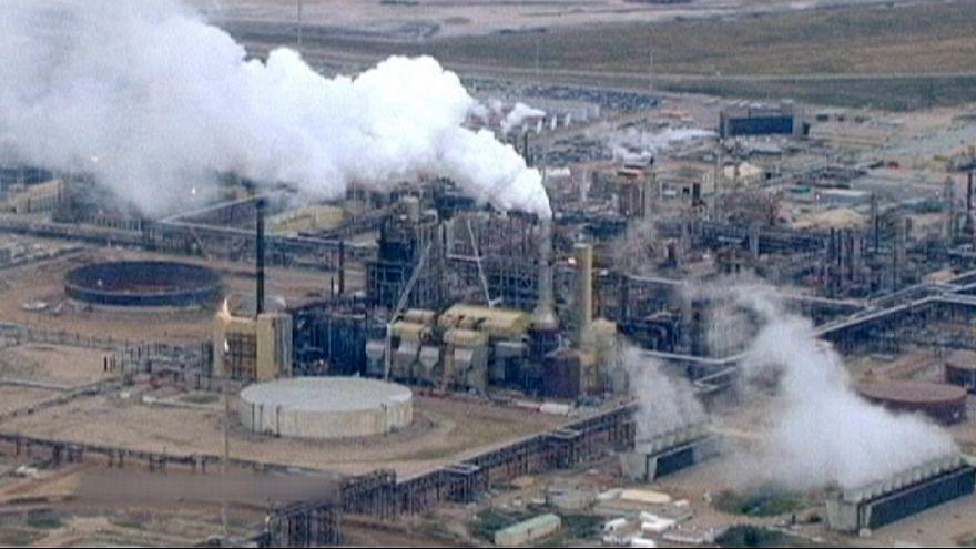 IEA: hiába csökken az olajkitermelés, a túlkínálat marad
