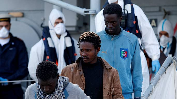 Centenares de refugiados e inmigrantes desembarcan en la isla italiana de Sicilia