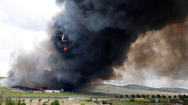 اسبانيا: حريق هائل في أكبر مكب لعجلات السيارات بالقرب من مدريد