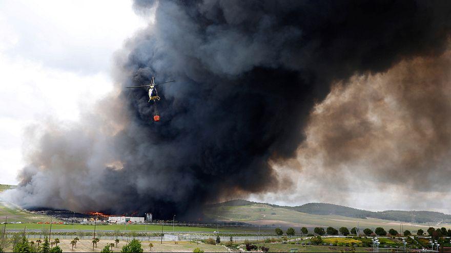Tűz ütött ki egy illegális gumiabroncslerakó helyen Spanyolországban