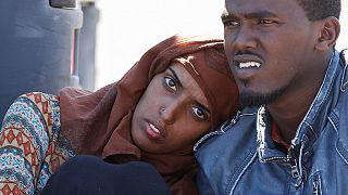 C'è chi mette il filo spinato contro i migranti, ma quando la decisione è presa, si può partire anche a nuoto