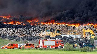 Espagne: une immense décharge sauvage de pneus en flammes