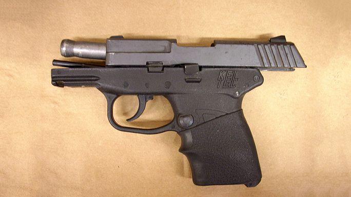 Siyahi gencin katili silahını açık artırmaya çıkardı