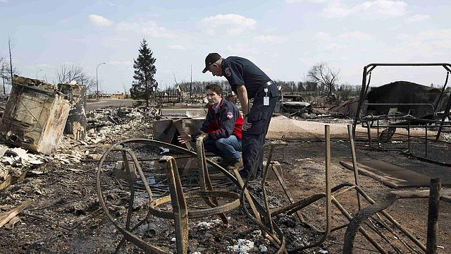رئيس الوزراء الكندي يتفقد اضرار حرائق الغابات في فورت ماكموراي