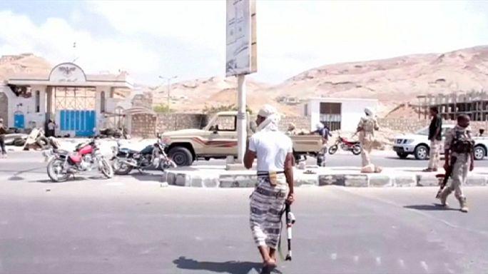 عشرات القتلى والجرحى من قوات الأمن اليمنية في تفجيرين بالمكلا