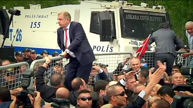 تجمهُر عناصر من حزب الحركة القومية اليميني التركي لمنع إنعقاد مؤتمرخلافة الحزب