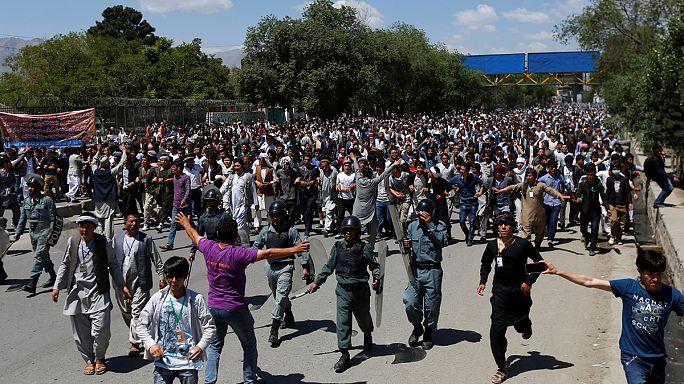 Streit um Stromtrasse treibt Zehntausende Afghanen auf die Straße