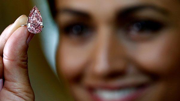 Sotheby's logra un precio récord para el diamante rosa vivo más grande jamás vendido en una subasta
