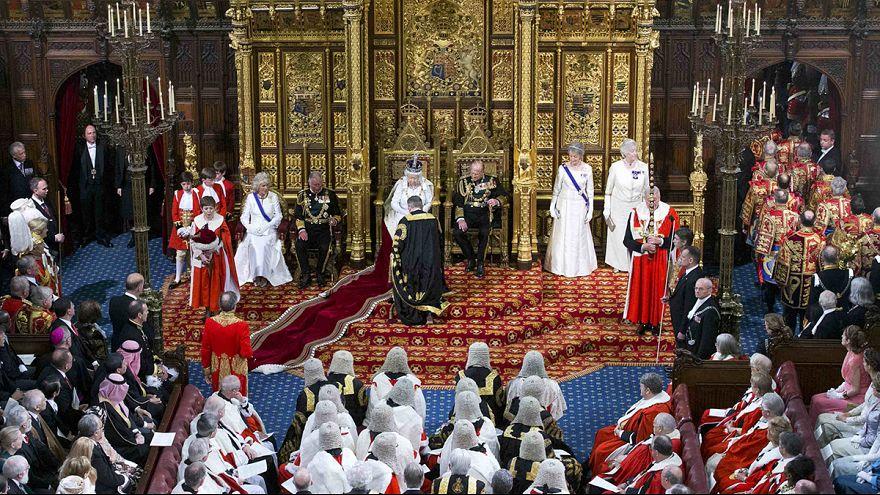 İngiltere'de Majesteleri ile seçilmiş yöneticilerin anlamlı tiyatrosu
