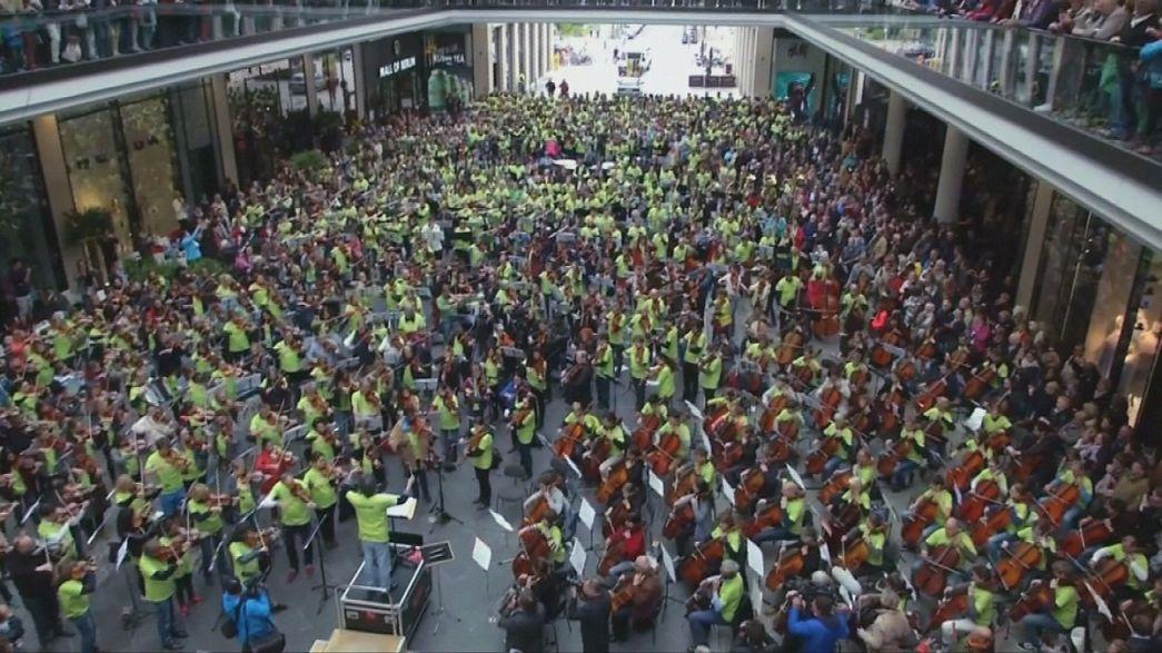 Flashmob orchestra floods Berlin shopping centre