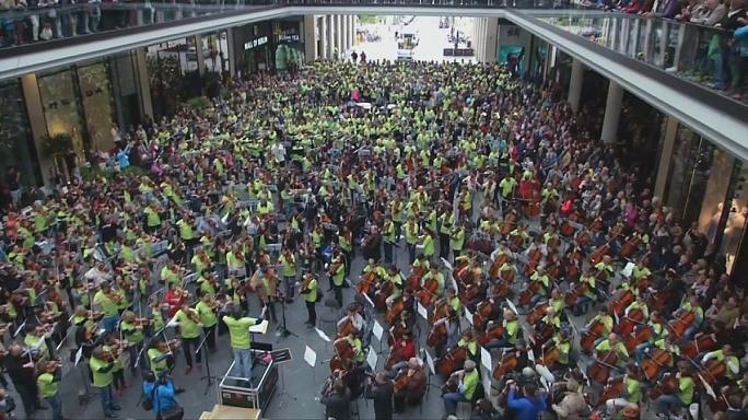 Cerca de 1000 músicos participam em 'flash mob' num centro comercial em Berlim
