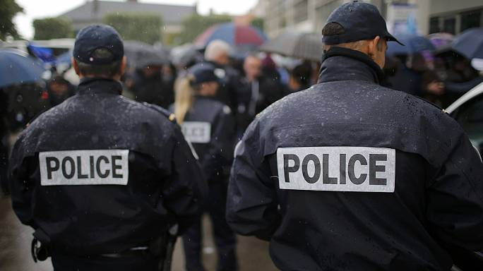 Fransa'da polisler eylemcileri protesto etti
