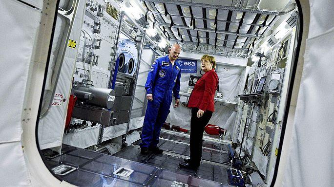 انجيلا ميركل تزور المركز الأوروبي لرواد الفضاء
