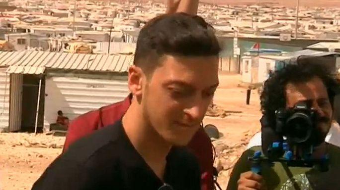 Звездный полузащитник Месут Озиль сыграл с детьми сирийских беженцев в футбол