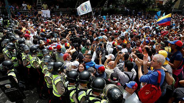 الفنزويليون يطالبون بعزل مادورو...وهو يرد بفرض حالة الطوارىء