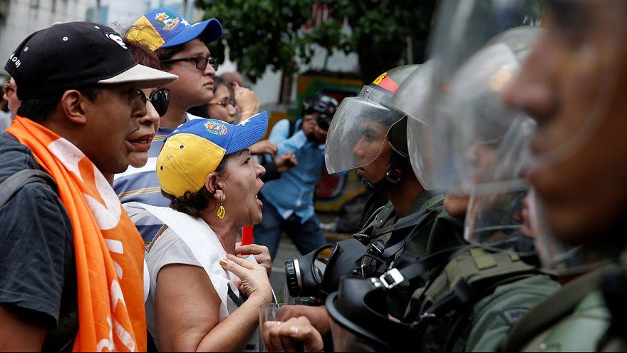 Venezuela: Polícia usa gás lacrimogéneo para dispersar manifestantes anti-Maduro