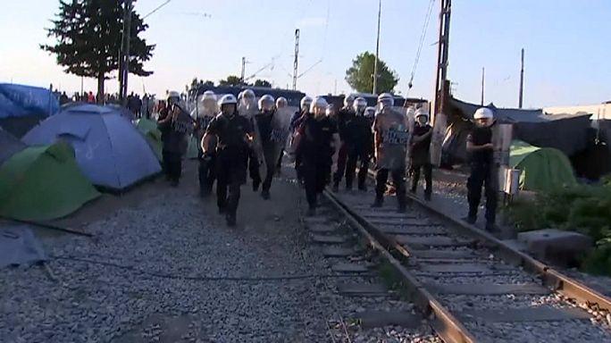 Idomeni'de göçmenler polisle çatıştı