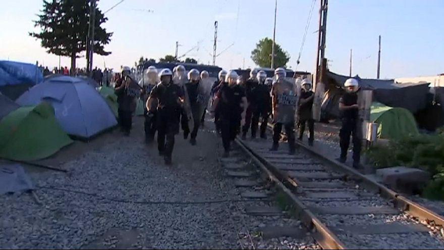 مشادات عنيفة بين الشرطة اليونانية واللاجئين في مخيم إيدوميني