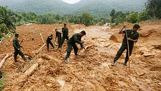 I soccorritori cercano i superstiti nello Sri Lanka