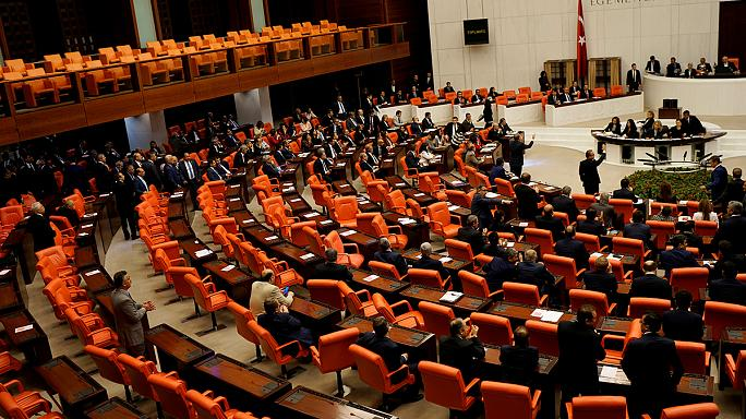 Mostantól nincs mentelmi joguk a parlamenti képviselőknek Törökországban