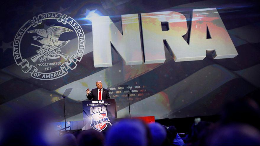 Donald Trump aponta armas a Clinton com o apoio da NRA