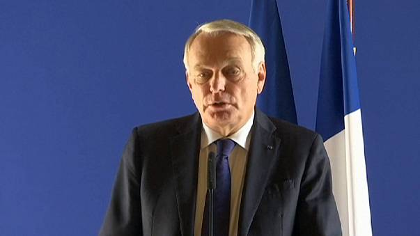 A francia külügyminiszter találkozott a légiszerencsétlenség áldozatainak hozzátartozóival