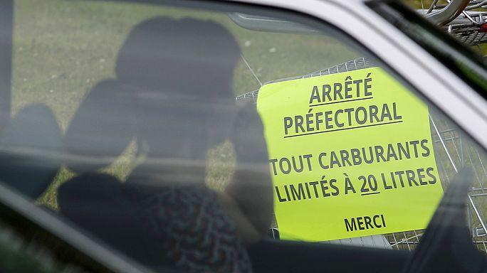 Fransa'da yapılan grevler petrol sıkıntısına neden oldu