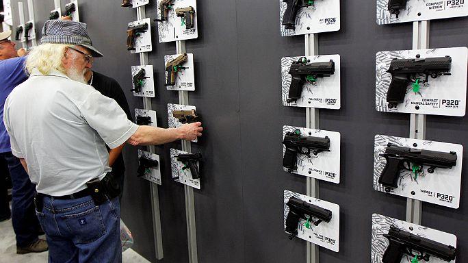Clinton acusa a Trump de hacer lo que sea para contentar al lobby de las armas