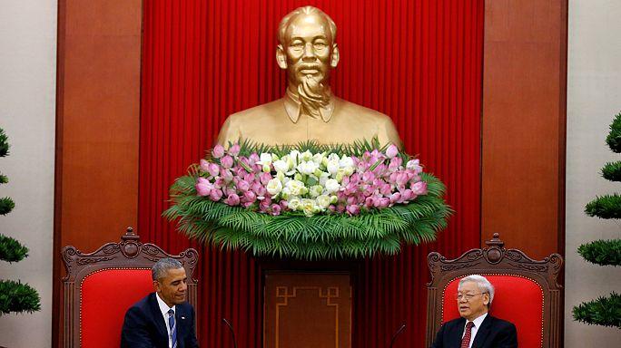 """براك أوباما يرفع حظر بيع الأسلحة الأمريكية لفيتنام ويصرح:"""" أُذِيل بقراري آثارَ الحرب الباردة المتبقية بين البلدين"""""""