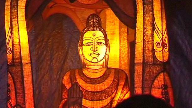 الاحتفالات البوذية في مدينة فيساك تغمرها الأمطار