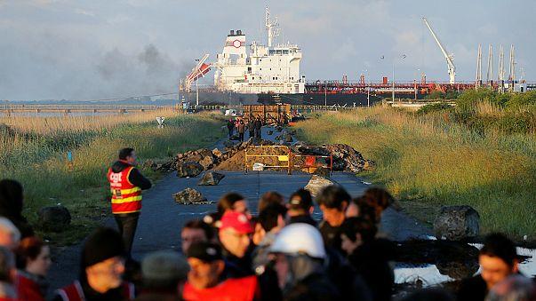 Francia: le proteste contro il jobs act bloccano la distribuzione di carburante