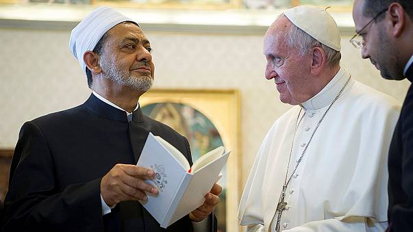 """Il Papa abbraccia l'Imam di Al Azhar e dice: """"L'incontro è il messaggio"""""""