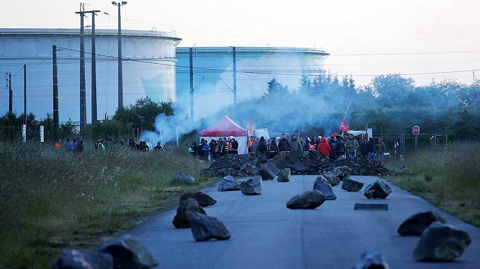 Французская полиция пытается снять блокаду НПЗ