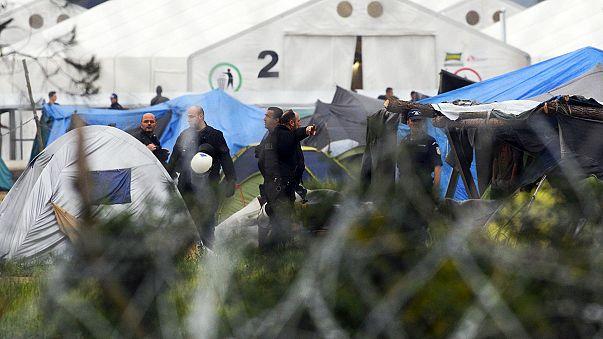 اليوم الأول لبدء عملية إخلاء مخيم ايدوميني من اللاجئين