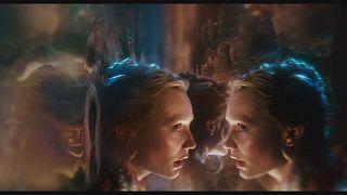 """""""Alice do Outro Lado do Espelho"""": novas aventuras com muito humor britânico"""