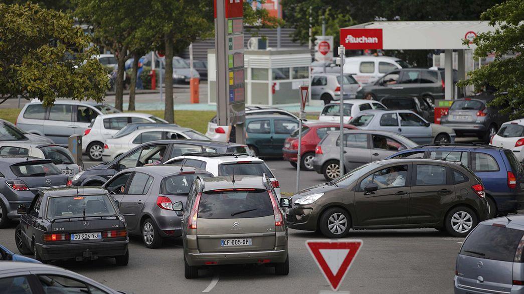 Французы вынуждены ездить за бензином за границу